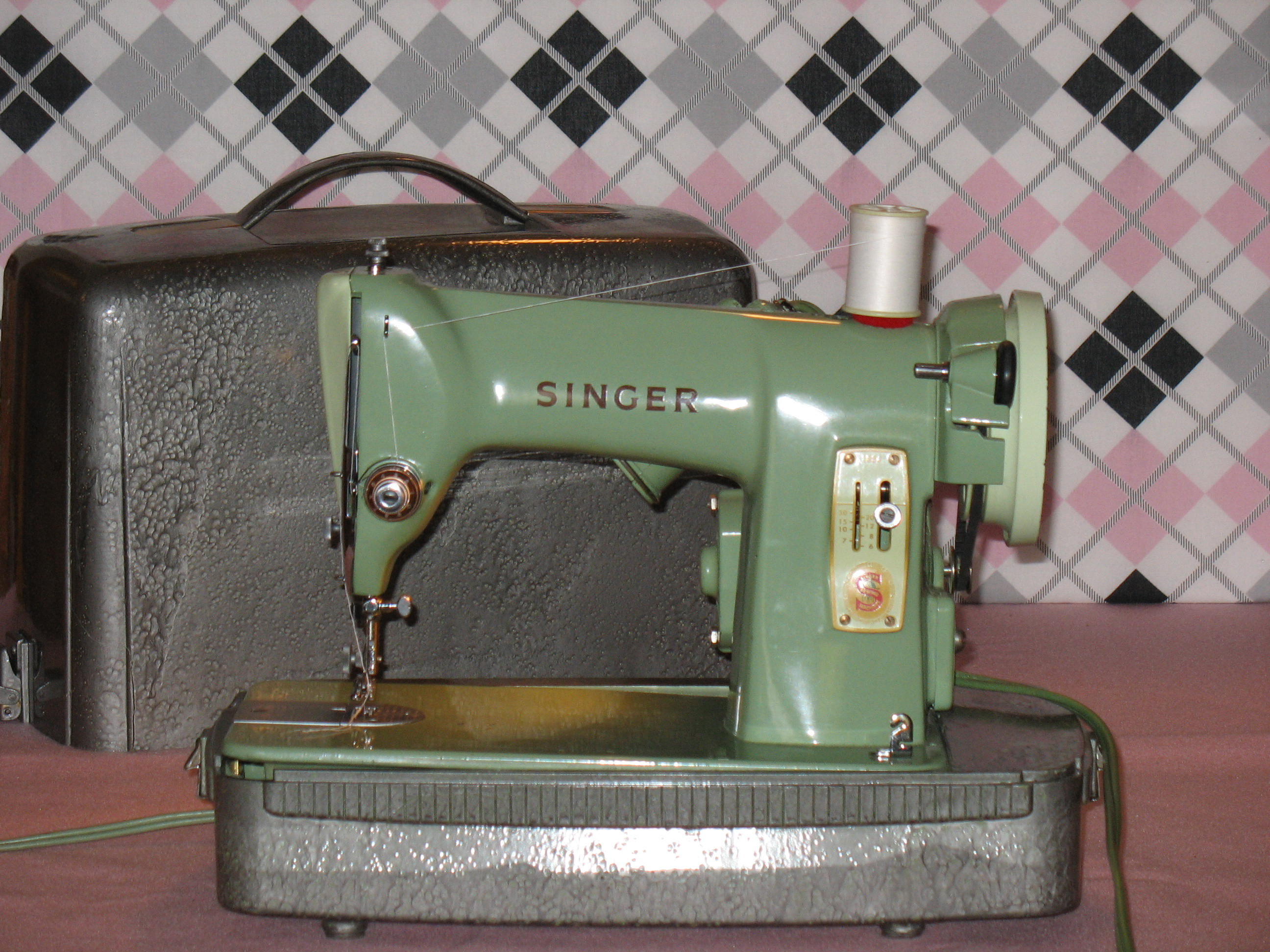 green singer 185j sewing machine a review updated 12 1 11 stitch nerd. Black Bedroom Furniture Sets. Home Design Ideas